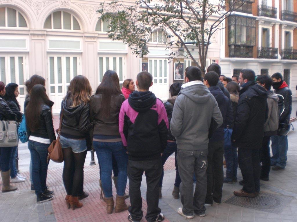 Un grupo de alumnos durante la visita guiada al Teatro María Guerrero
